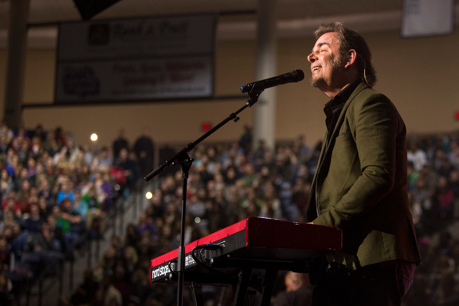 Jonathan Cain, a songwriter and member of the band Journey, shared some of his hit ballads during Convocation on Monday. (Photos by Jessie Rogers)