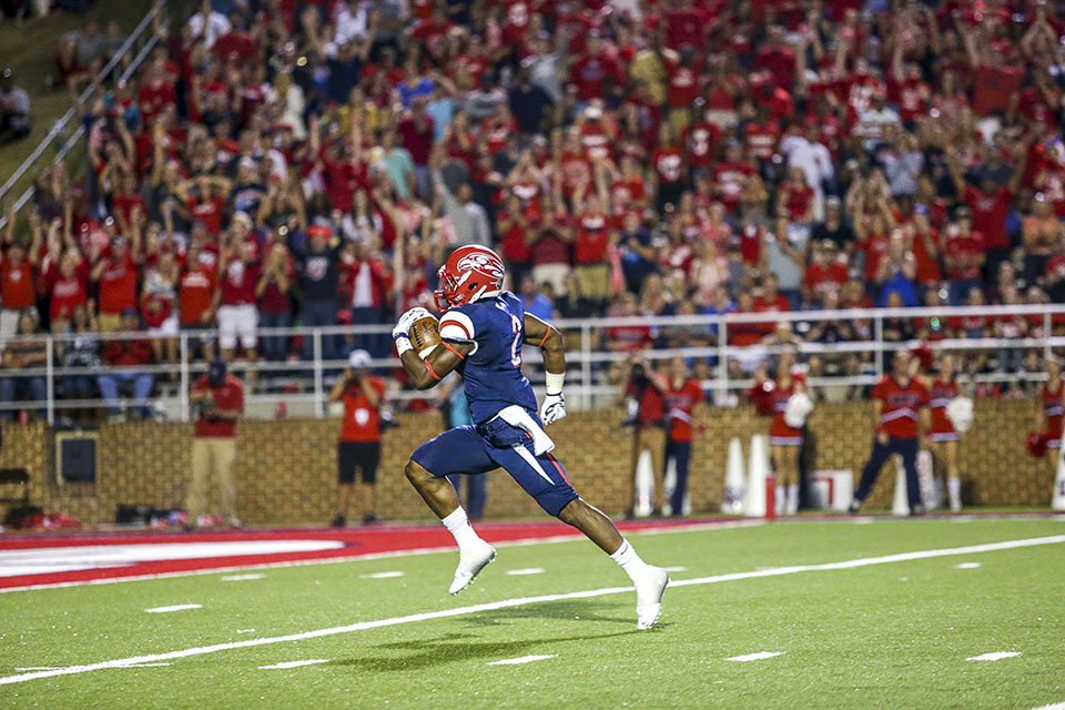 Dagger — Senior running back D.J. Abnar darts to the end zone for a 40-yard touchdown. Photo credit: Leah Seavers