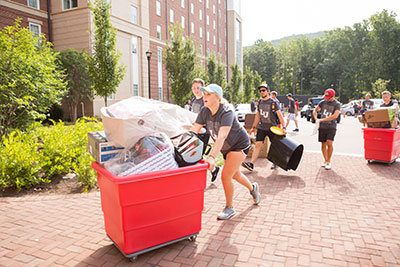 Liberty University student leaders help their new classmates move into Residential Commons I. (Photo by Kaitlyn Becker Johnson)
