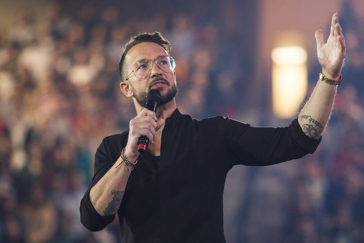Hillsong Nyc Pastor Carl Lentz Encourages Students To Turn The Page Liberty News