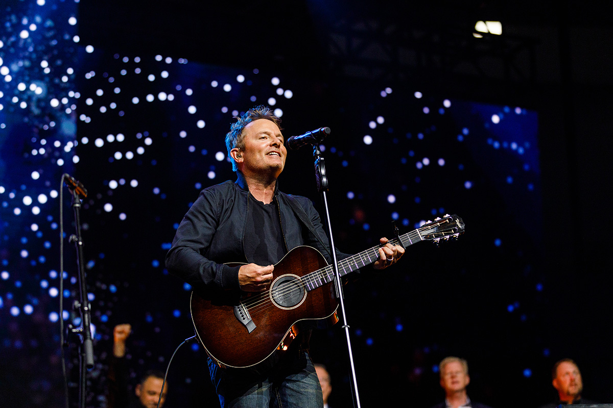 Christian music artist Chris Tomlin lays out vision for his Angel Armies ministry to children and families during semester's final Convocation